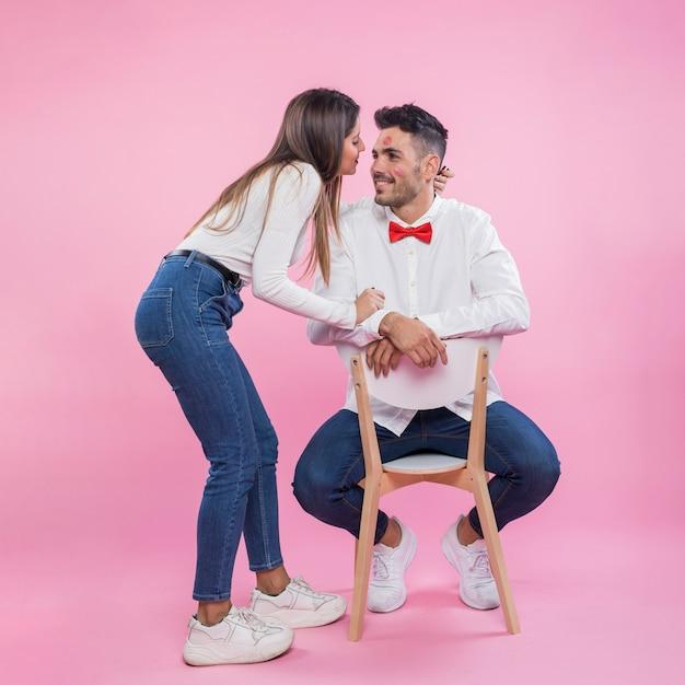 Mulher, abraçando, homem cadeira
