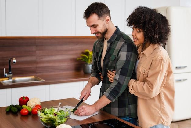 Mulher, abraçando, homem, cozinhar