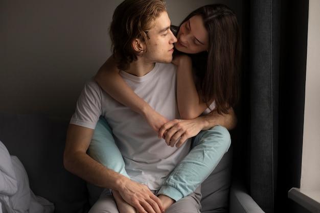 Mulher, abraçando, homem, enquanto, segurar passa
