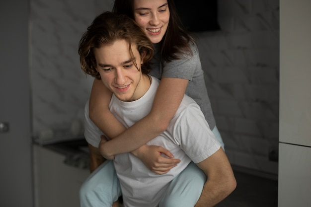 Mulher, abraçando, namorado, e, sorrindo