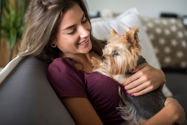 Mulher abraçando seu cachorrinho