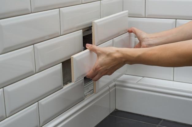 Mulher abre, fecha a escotilha sanitária de revisão oculta