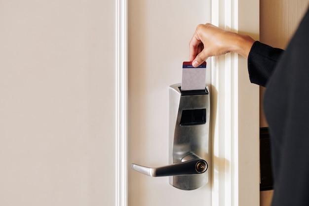 Mulher abrindo a porta com cardkey