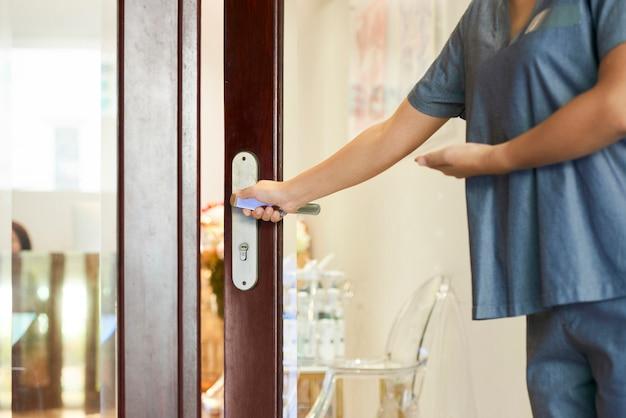 Mulher abrindo a porta
