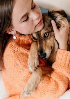 Mulher acariciando cachorro adorável