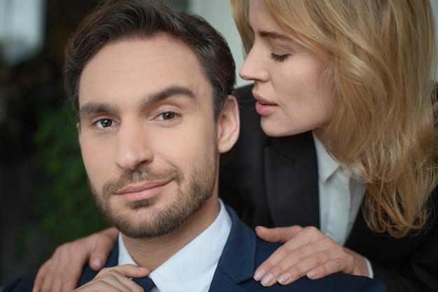 Mulher acariciando os ombros masculinos
