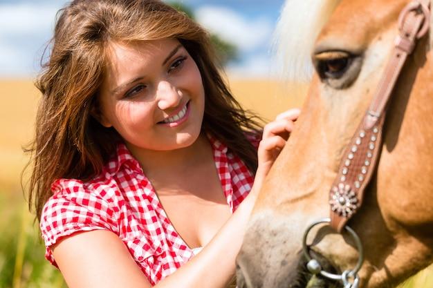 Mulher, acariciar, cavalo, ligado, pônei, fazenda