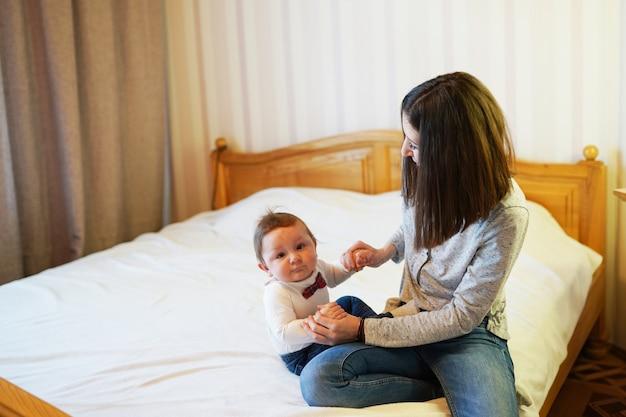 Mulher, acaricie, com, dela, adorável, bebê, doce, criança sorri, em, câmera, espaço cópia