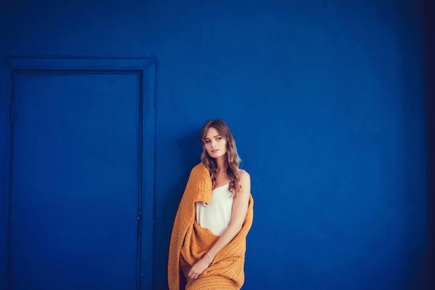 Mulher aconchegante coberta com manta de lã quente