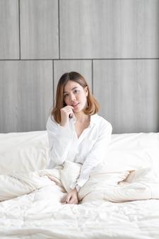 Mulher acorda na cama