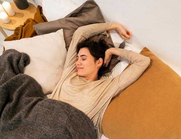 Mulher acordando depois de uma soneca