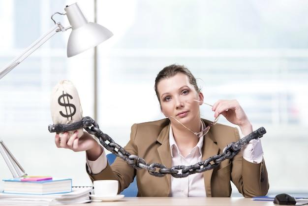 Mulher, acorrentado, para, dela, escrivaninha trabalho