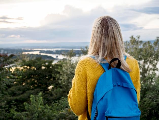 Mulher admirando a vista para a montanha