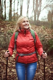 Mulher admirando vistas na floresta