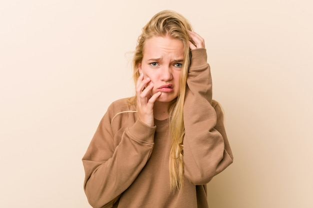 Mulher adolescente bonito e natural, choramingando e chorando desconsolado