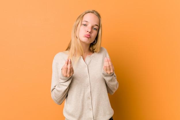 Mulher adolescente bonito e natural, mostrando que ela não tem dinheiro.