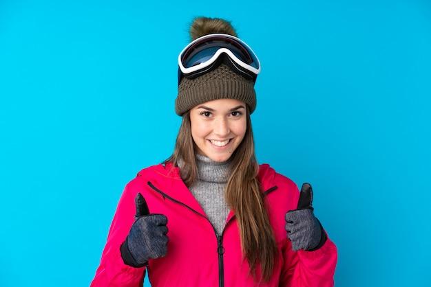 Mulher adolescente com chapéu de inverno