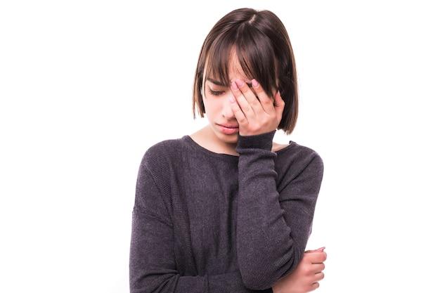 Mulher adolescente com dor de cabeça, segurando a mão na cabeça, isolada