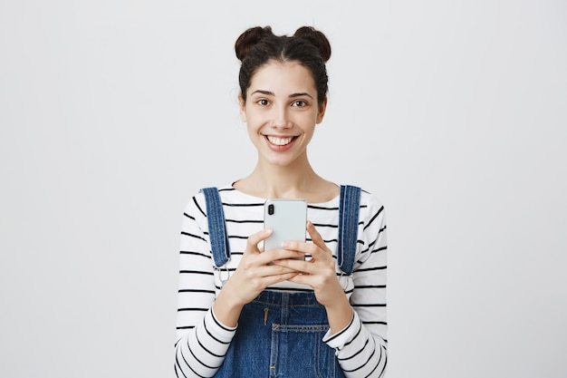 Mulher adolescente feliz sorridente com smartphone
