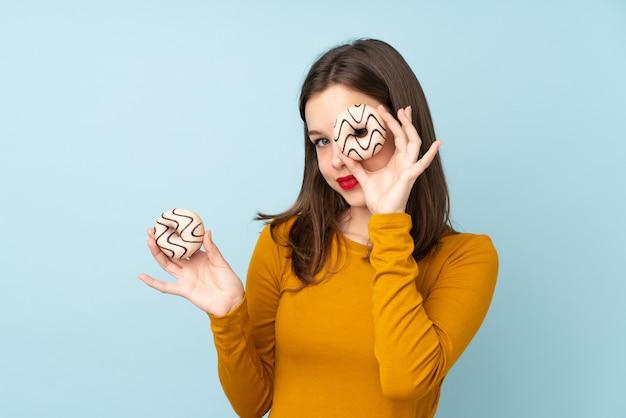 Mulher adolescente segurando um donut