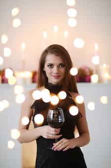Mulher adorável com luzes bokeh