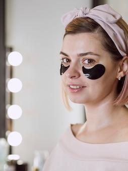 Mulher adorável com máscara facial