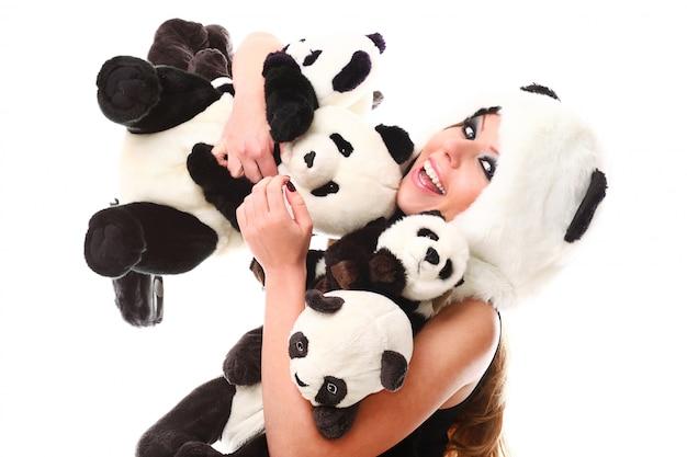Mulher adorável com muitos pandas empalhados