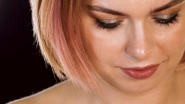 Mulher adorável com sombra nos olhos cintilante