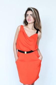 Mulher adorável com vestido coral