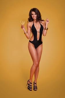 Mulher adorável e elegante bebendo martini