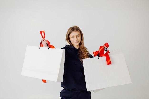 Mulher adorável e elegante com sacolas de compras