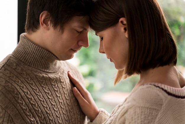 Mulher adulta abraçando o marido