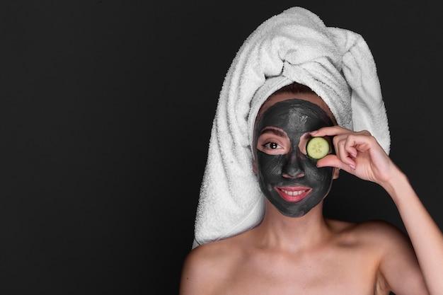 Mulher adulta, aplicar tratamento de cuidados da pele