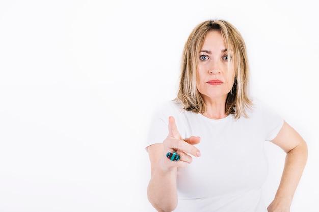 Mulher adulta apontando para câmera