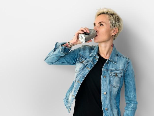 Mulher adulta, bebendo, bebida, de, lata