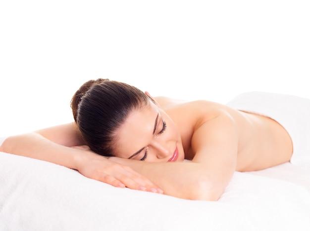 Mulher adulta bonita relaxando em salão de spa