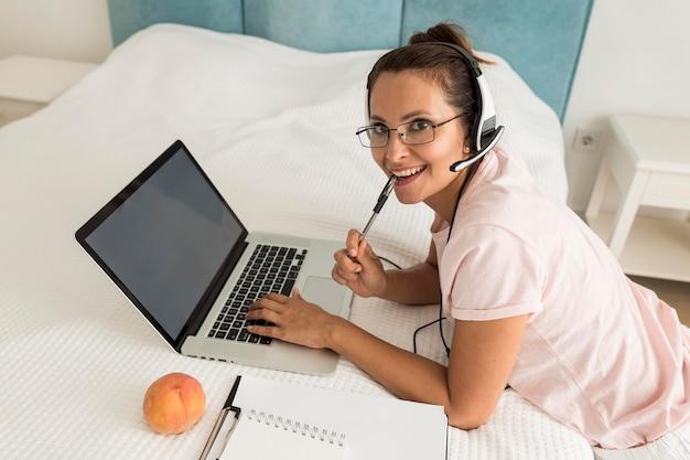 Mulher adulta casual trabalhando em casa