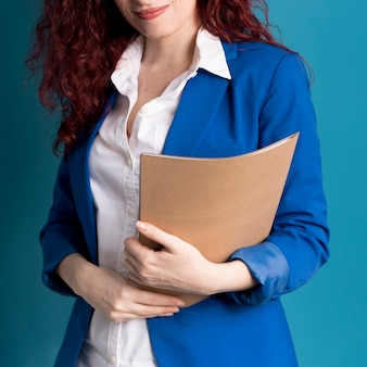 Mulher adulta close-up, segurando documentos