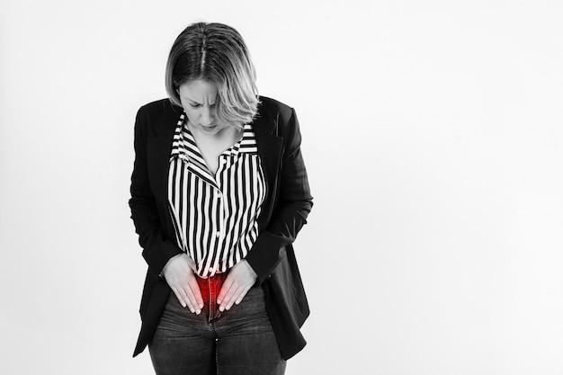 Mulher adulta com barriga doente