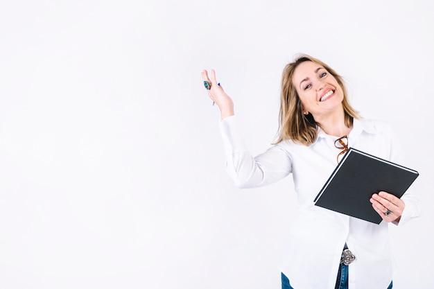 Mulher adulta, com, caderno, sorrindo