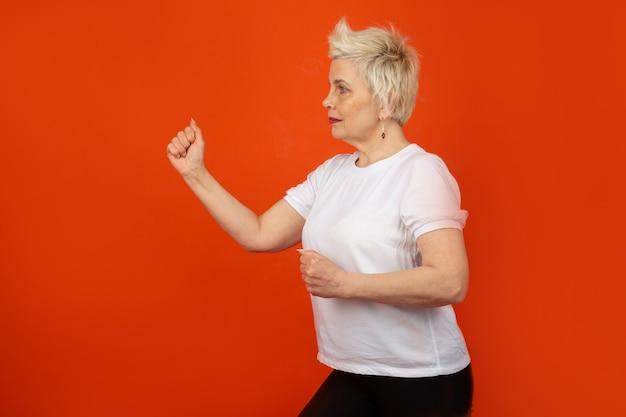 Mulher adulta com idade em pose de caratê