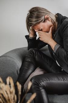 Mulher adulta com problemas de saúde mental