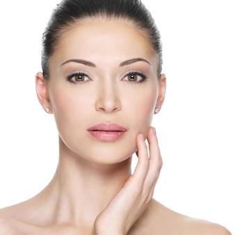 Mulher adulta com rosto lindo - isolado no branco. conceito de cuidados com a pele.