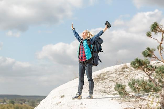 Mulher adulta de tiro completo, apreciando a natureza