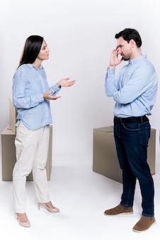 Mulher adulta e discussão masculina Foto gratuita