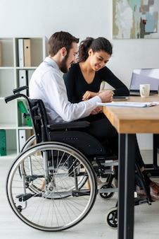 Mulher adulta e homem trabalhando juntos no escritório