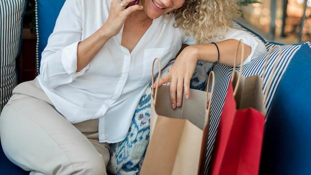 Mulher adulta em close falando ao telefone