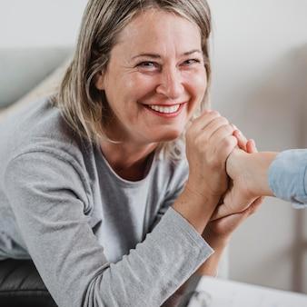 Mulher adulta em sessão de terapia