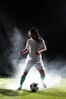 Mulher adulta em sportswear tiro completo