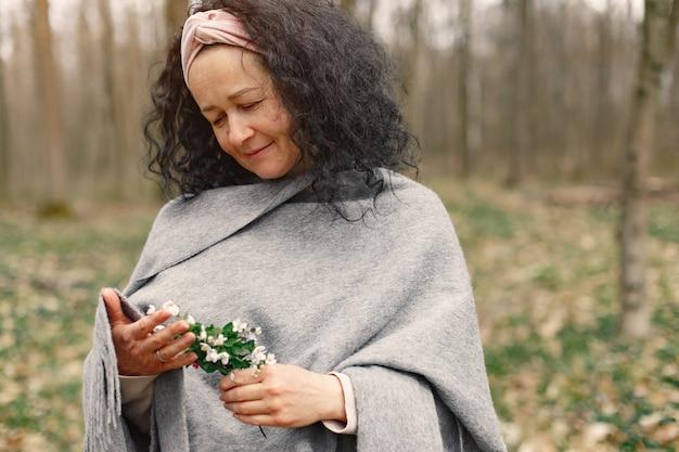 Mulher adulta em uma floresta de primavera